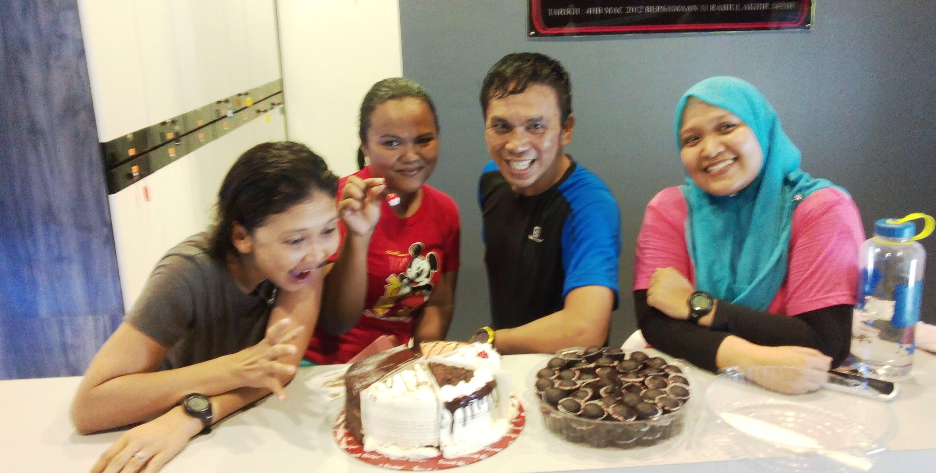 Makanlah apa saja jika cukup senaman. Bersama sahabat baik, Pemilik Kay Fitness Studio Sungai Petani, Cik Karmilah Jambo, Ketua Pasukan JK1M Sungai Petani Edisi 1 dan 2.